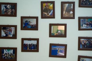 Foto's aan de muur van een plaatselijke ngo. Foto: Andreas Stahl (voor De Correspondent)