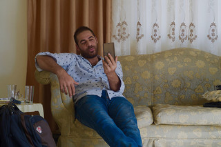 Syrische vluchteling praat met een vriend in Duitsland. Foto: Andreas Stahl (voor De Correspondent)