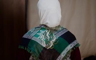 Samar in een zelfgemaakte doek met de tekst 'Mijn liefde, mijn land.' Foto: Andreas Stahl (voor De Correspondent)