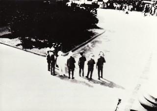 Tijdens de oploop in Paramaribo, 1932. Foto's: Sylvia de Groot