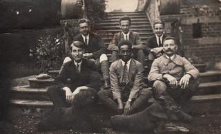 Anton met vrienden uit zijn diensttijd in 1922. Foto: Familiearchief