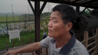 De Noord-Koreaanse Park Seung-ho werkte als houthakker in Rusland voordat hij naar Zuid-Korea vluchtte. Zijn doel was om zijn zoon, Yuseong, een betere toekomst te bieden. Still uit de documentaire Dollar Heroes