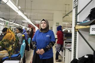 Fatima, 37, is één van de 25 Syriërs die momenteel bij Jerash Garments & Fashion werken. Foto: Alisa Reznick