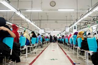 Medewerkers naaien onderdelen aan elkaar op de werkvloer van Jerash Garments & Fashion net buiten de Jordanese hoofdstad Amman. Foto: Alisa Reznick