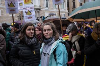 Twee studenten bij een demonstratie tegen het afschaffen van de Catalaanse taal als voertaal in Catalaanse scholen. Foto: Myriam Meloni (voor De Correspondent)