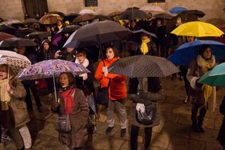 Mensen verzamelen zich op Plaça del Rei om zich solidair te tonen met vrienden en familie van de gevangengenomen Catalaanse politici.  Foto's: Myriam Meloni (voor De Correspondent)
