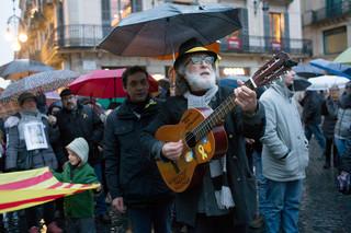 Muzikant en activist Francesc Muñoz speelt de melodie van 'L'Estaca', een lied gecomponeerd door de zanger Lluís Llach in 1968. Onder Franco stond het nummer symbool voor de Catalaanse onderdrukking. Foto: Myriam Meloni (voor De Correspondent)