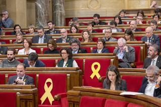 Gele strikken op de lege plekken van Oriol Junqueras en Jordi Sànchez, twee gevangengenomen Catalaanse politici. Foto's: Myriam Meloni (voor De Correspondent)