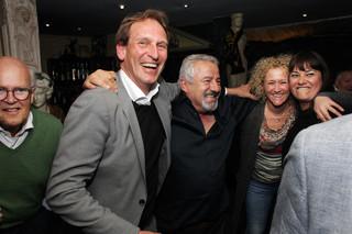 Links, in het grijze pak: Joost de Wit (een bestuurder van Vitesse). Rechts: Ester Bal (ex-persvoorlichter van Vitesse). Foto: Jan Dirk van der Burg (voor De Correspondent)
