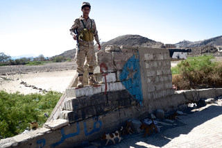 Een van de zuiderlijke rebellen onder leiding van Fawzi Abukhail bij een checkpoint in Aden. Foto: Andreas Staahl (voor De Correspondent)