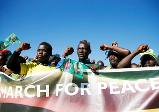 Aanhangers van de regeringspartij Zanu-PF van president Emmerson Mnangagwa marcheren voor geweldloze, vrije en eerlijke verkiezingen in Harare, Zimbabwe. Foto: Philimon Bulawayo