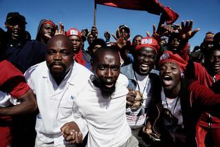Aanhangers van de grootste oppositiepartij MDC komen samen om hun leider Nelson Chamisa te horen spreken tijdens een verkiezingscampagne-rally. 21 Juli 2018, Bulawayo. Foto: Zinyange Auntony / AFP