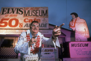 Bill Beeny voor het Elvis Is Alive Museum in 1998. Foto: Ed Lallo/ Getty Images