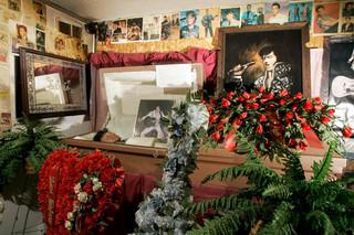 Een wassen beeld van Elvis in een doodskist in het Elvis is Alive Museum, 2007. Foto: AP / Jeff Roberson