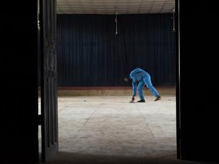 Osaro aan het werk om geld te verdienen voor zijn oversteek naar Europa. Foto: Etinosa Osayimwen (voor De Correspondent)