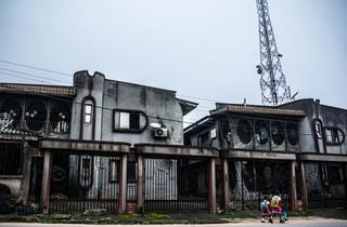 """De woning van een overleden smokkelaarster, die bekend stond als """"Mama Italo"""". Ze betaalde de woning met de inkomsten van haar smokkelpraktijk. Foto: Etinosa Osayimwen (voor De Correspondent)"""
