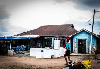 Een winkel met tweedehands apparatuur uit Europa. Foto: Etinosa Osayimwen (voor De Correspondent)