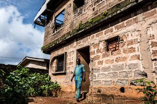 Osaro in het onaffe huis van zijn vader, dat hij wil verkopen om geld te verdienen voor zijn reis naar Europa. Foto: Etinosa Osayimwen (voor De Correspondent)