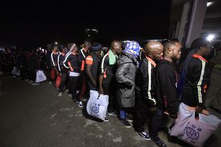 Net uit Libië teruggekeerde migranten staan in de rij in Lagos om door Nigeriaanse ambtenaren te worden onderzocht, 5 december 2017. Foto: Pius Utomi
