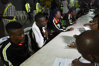 Nigeriaanse ambtenaren screenen 150 migranten uit Libië op de internationale luchthaven Murtala Mohammed in Lagos,  5 december 2017. Foto: Pius Utomi