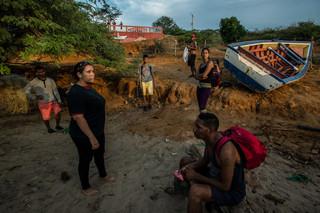 Venezolanen wachten op het strand op de smokkelaar die ze illegaal van Venezuela naar Curaçao zal brengen. Foto: Meridith Kohut / New York Times, september 2016