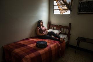Irene Poza wacht op informatie van de mensen die haar van Venezuela naar  Curaçao zullen smokkelen. Ze werkte vroeger als secretaresse voor het staatsoliebedrijf, maar verloor haar baan toen de olieprijzen daalden en de Venezolaanse economie instortte. De situatie van haar familie is financieel zo slecht dat ze eten en de medicijnen die haar zieke moeder nodig heeft amper kunnen betalen. Foto: Meridith Kohut / New York Times, september 2016