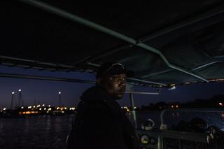Leden van de Caraïbisch-Nederlandse kustwacht, gefinancierd door Nederland, patrouilleren in de wateren rond Willemstad op zoek naar verdachte schepen die mogelijk migranten of illegale smokkelwaar vervoeren. Foto: Meridith Kohut / New York Times, oktober 2016