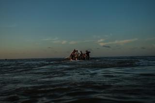 Een smokkelaar vertrekt met een groep Venezolanen per boot naar Curaçao. Foto: Meridith Kohut / New York Times, september 2016