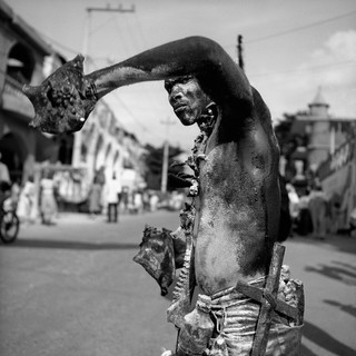 Nèg ak konk, Man with Conch Shell, 2001. Uit de serie Kanaval door Leah Gordon.