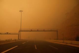 Rook hangt op een snelweg tijdens een bosbrand in Kineta, Griekenland, 23 juli 2018. Foto: Alkis Konstantinidis / ANP