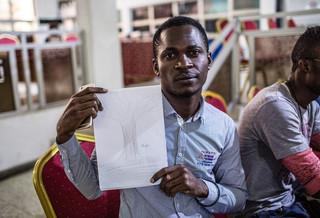 Als onderdeel van de IOM-training heeft Dozie John (30) een tekening gemaakt van de 'tree of life'. Hij probeert al bijna 16 jaar naar Europa te reizen. Eerst woonde hij in Ivoorkust, vervolgens in Mali, waarna hij in Algerije terecht kwam. Vanuit Algerije hoopte John de Middellandse Zee naar Europa over te steken, maar dit lukte niet en hij werd gevangengezet en uiteindelijk teruggestuurd naar Nigeria. Foto: Tom Saater (voor De Correspondent)