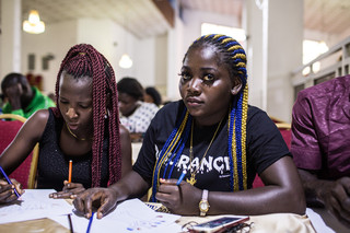 Twee vrouwen tijdens een IOM-training voor bedrijfsvaardigheden in Lagos, Nigeria, op 16 oktober 2018. Foto: Tom Saater (voor De Correspondent)