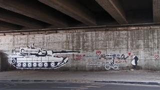 De bekendste muurschildering van Ganzeer, 'Tank versus biker'. Foto: onbekend