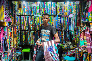 Fotograaf Ayobami Ogungbe portretteerde voor De Correspondent winkeliers en hun winkels op de Balogun Market in Lagos.