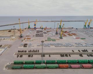 De haven van Aktau, Kazachstan. Aktau vormt het centrum van de oliewinning in Kazachstan. Een reeks pijpleidingen, spoorwegen en vrachten verbindt Aktau met Khorgos, maar ook met Rusland in het noorden, Iran in het zuiden en Azerbeidzjan, Turkije en Europa – via de Kaspische Zee – in het westen. Uit de serie 'A New Silk Road' van Davide Monteleone.