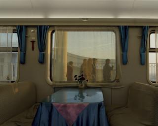 Restauratiewagen in de reguliere trein van Lanzhou naar Urumqi. Deze trein doet 24 tot 35 uur over de reis, de nieuwe hogesnelheidslijn Lanzhou-Xinjiang legt dezelfde afstand af in 11 uur. Uit de serie 'A New Silk Road' van Davide Monteleone.
