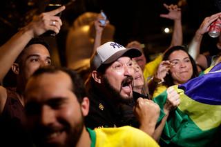 Supporters van Bolsonaro vieren feest nadat ze te horen hebben gekregen dat hij de verkiezing gewonnen heeft. Foto: Silvia Izquierdo / AP