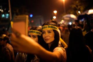 Supporters van Bolsonaro vieren feest nadat ze te horen hebben gekregen dat hij de verkiezing gewonnen heeft. Foto: Leo Correa / AP