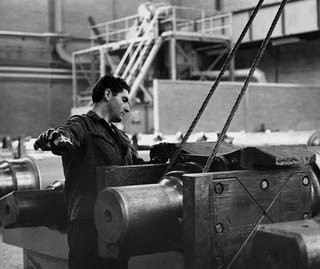 Een Italiaanse gastarbeider aan het werk in de metaalindustrie, Nederland 1962. Foto: Spaarnestad / HH