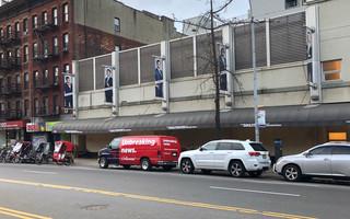 Onze 'Unbreaking News Van' voor de deur van The Daily Show-studio. Foto: David van Zeggeren / Momkai