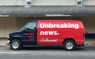 Onze 'Unbreaking News'-van voor de deur van 'The Daily Show'-studio. Foto: David van Zeggeren / Momkai