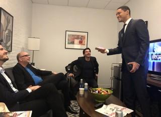 Ondergetekende, Jay Rosen, hoofdredacteur Rob Wijnberg en presentator Trevor Noah backstage bij The Daily Show. Foto: Harald Dunnink / Momkai