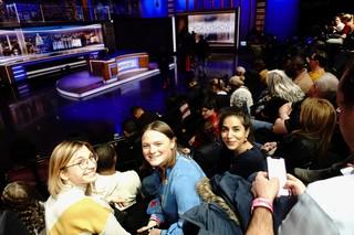 Jessica Best, Alexa Sonnenfeld en Zainab Shah van het The Correspondent-campagneteam op de tribune van The Daily Show. Foto Martijn van Dam / Momkai