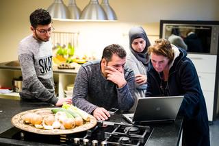Van links naar rechts: Amer (zoon van Omar), Omar zelf, zijn vrouw Salma en Catrien. Foto: Boudewijn Bollmann (voor De Correspondent)