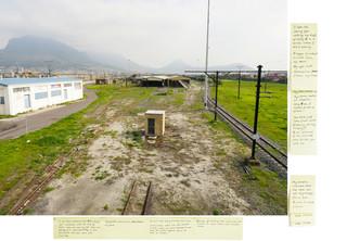 '1,50 km Ysterplaat Railway station, 2016', uit de serie 'Echolocation'. De post-its bevatten opmerkingen van de kunstenaar welke onder andere gebaseerd zijn op ervaringen en observaties ter plaatse, persoonlijke herinneringen en fragmenten uit het 'Daghregister' van Jan van Riebeeck. Onderaan het stuk vind je een link naar de complete serie met leesbare post-its. Beeld: Judith Westerveld / Lumen Travo Gallery.