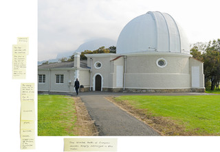 '3,24 km Observatory Road, 2016', uit de serie 'Echolocation'. De post-its bevatten opmerkingen van de kunstenaar welke onder andere gebaseerd zijn op ervaringen en observaties ter plaatse, persoonlijke herinneringen en fragmenten uit het 'Daghregister' van Jan van Riebeeck. Onderaan het stuk vind je een link naar de complete serie met leesbare post-its. Beeld: Judith Westerveld / Lumen Travo Gallery.