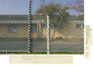 '3,46 km Liesbeek Parkway, 2016', uit de serie 'Echolocation'. De post-its bevatten opmerkingen van de kunstenaar welke onder andere gebaseerd zijn op ervaringen en observaties ter plaatse, persoonlijke herinneringen en fragmenten uit het 'Daghregister' van Jan van Riebeeck. Onderaan het stuk vind je een link naar de complete serie met leesbare post-its. Beeld: Judith Westerveld / Lumen Travo Gallery.