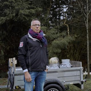 John Schoonheim (50) – mister carbid – bij het open NK Carbiddarten in Tiendeveen, Drenthe. John heeft ervoor gezorgd dat carbidschieten in Drenthe tot cultureel erfgoed is benoemd. Foto: Michael Rhebergen (voor De Correspondent)