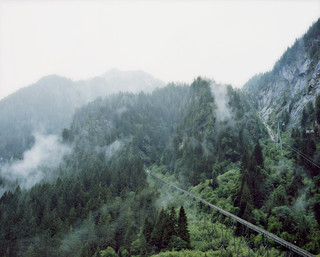 Op 11 november 2000 breekt brand uit in een kabeltrein in Kaprun. Van alle inzittenden (voornamelijk wintersportgangers) kunnen slechts twaalf mensen het ongeluk navertellen, 155 anderen komen om het leven. Uit de serie Disaster Areas door Gert Jan Kocken