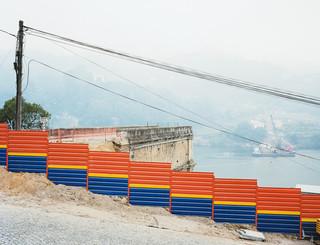 Op 4 maart 2001 klapt een brug over de Dourorivier in elkaar. Een volle bus en twee auto's storten in het kolkende water, met 74 doden tot gevolg. Uit de serie Disaster Areas door Gert Jan Kocken